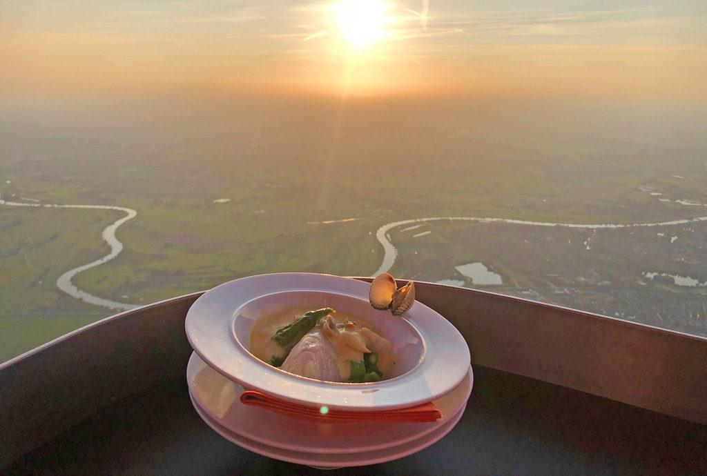Tussengerecht van het CuliAir menu...luchtballongegaarde zeebaars met venkelsaus en groene asperges • Diner op hoog niveau