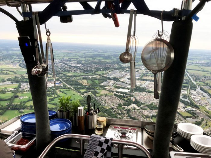 Ballonvaren-Utrecht-Houten-Culinaire-ballonvaart. Restaurant in a hot air balloon...
