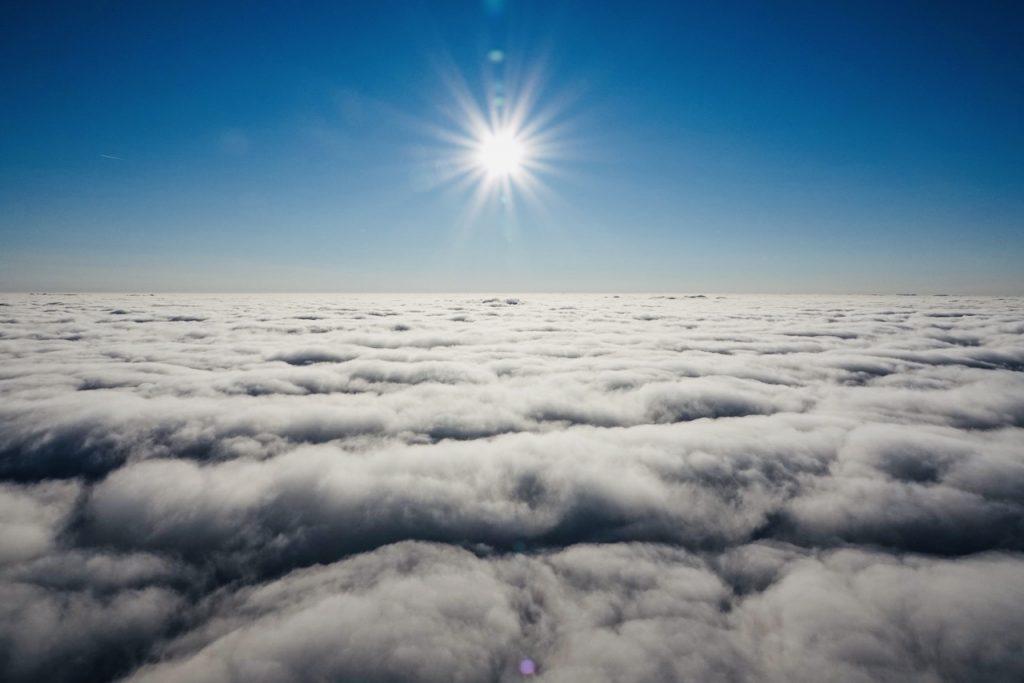 Ballonvaren boven de wolken